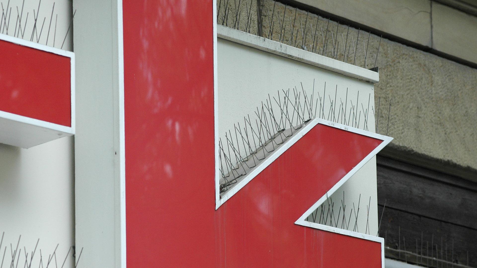 Vogelspikes an einem Gebäude für Taubenabwehr