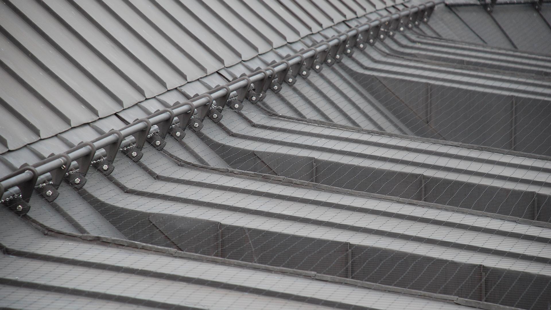 Vogelnetze auf einem Gebäudedach um Tauben fernzuhalten